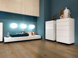 Zaawansowane technologie lakierowania i olejowania fabrycznego sprawiają, że ochrona podłogi drewnianej jest optymalna, a efekt wizualny naturalny.