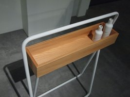 Meble łazienkowe Nendo Collection wykonane zostały z modrzewia.