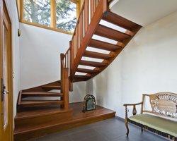 Schody drewniane mogą przybierać różnorodne formy od klasycznych po nowoczesne.