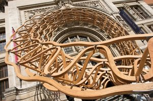 Konstrukcja Timber Wave zdobiąca wejście do Muzeum Wiktorii i Alberta (LDF 2011) wykonana została z ponad 500 elementów klejonego  czerwonego dębu