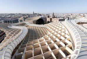Metropol Parasol autorstwa pracowni J. MAYER H. Architects mieszczący się w hiszpańskiej Sewilli to jedna z największych drewnianych konstrukcji na świecie.