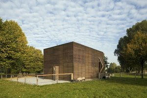 Drewniany budynek Petting Farm to idealne schronienie dla mieszkających w nim owiec.