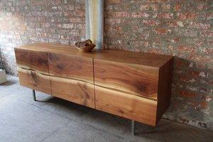 Meble Yasu Credenza autorstwa André Joyau to przykład nowoczesnego spojrzenia na drewno.