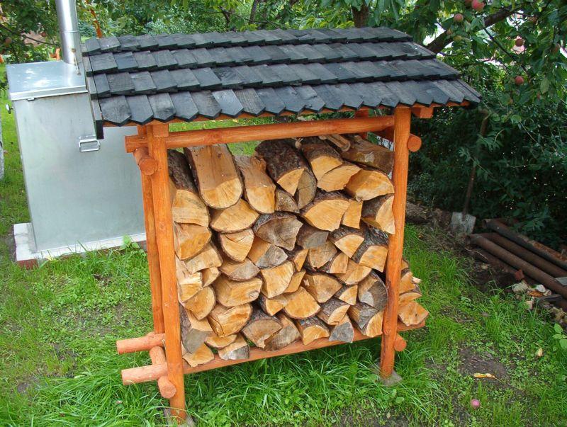 Stojak do drewna, kryty gontem.