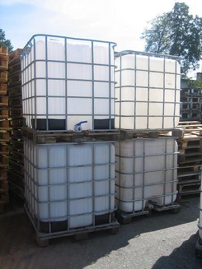 zbiorniki plastikowe 1000l w koszach na paletach